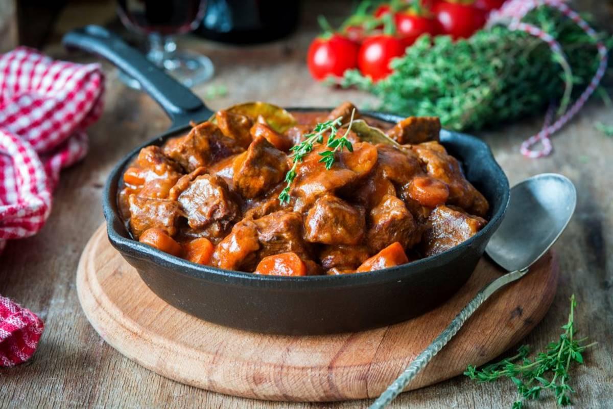 Μοσχαράκι Μπουργκινιόν ή Boef Bourguignon - Γαλλική κουζίνα
