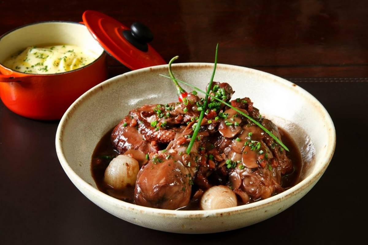 Κοτόπουλο κρασάτο ή Coq au vin - Γαλλική Κουζίνα