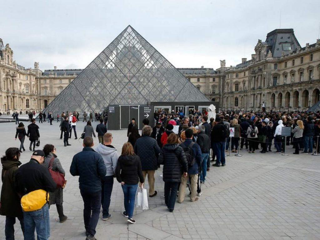 Το Λούβρο στο Παρίσι πριν τον κορονοϊό