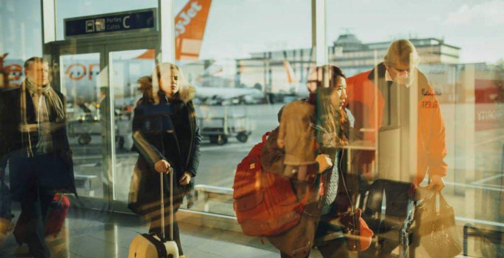Τουρίστες σε αεροδρόμιο μετά τα νέα μέτρα και το κλέισιμο της εστίασης
