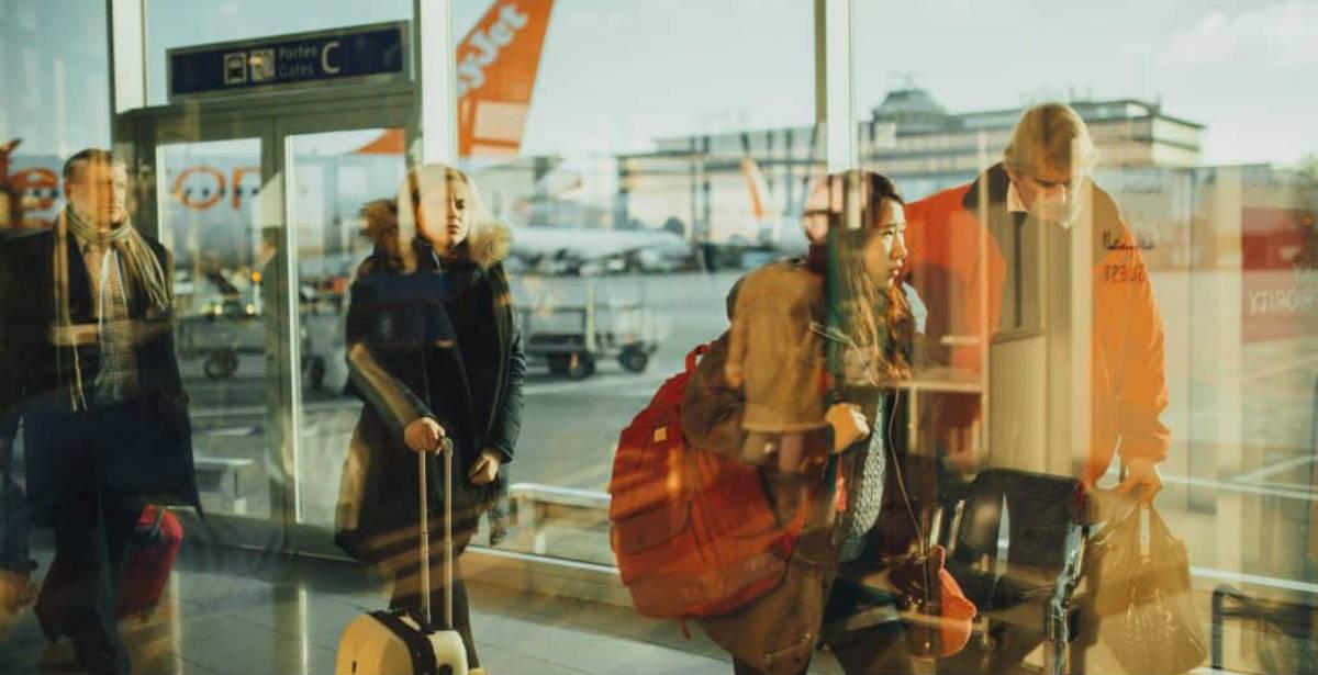 Τουρίστες σε αεροδρόμιο