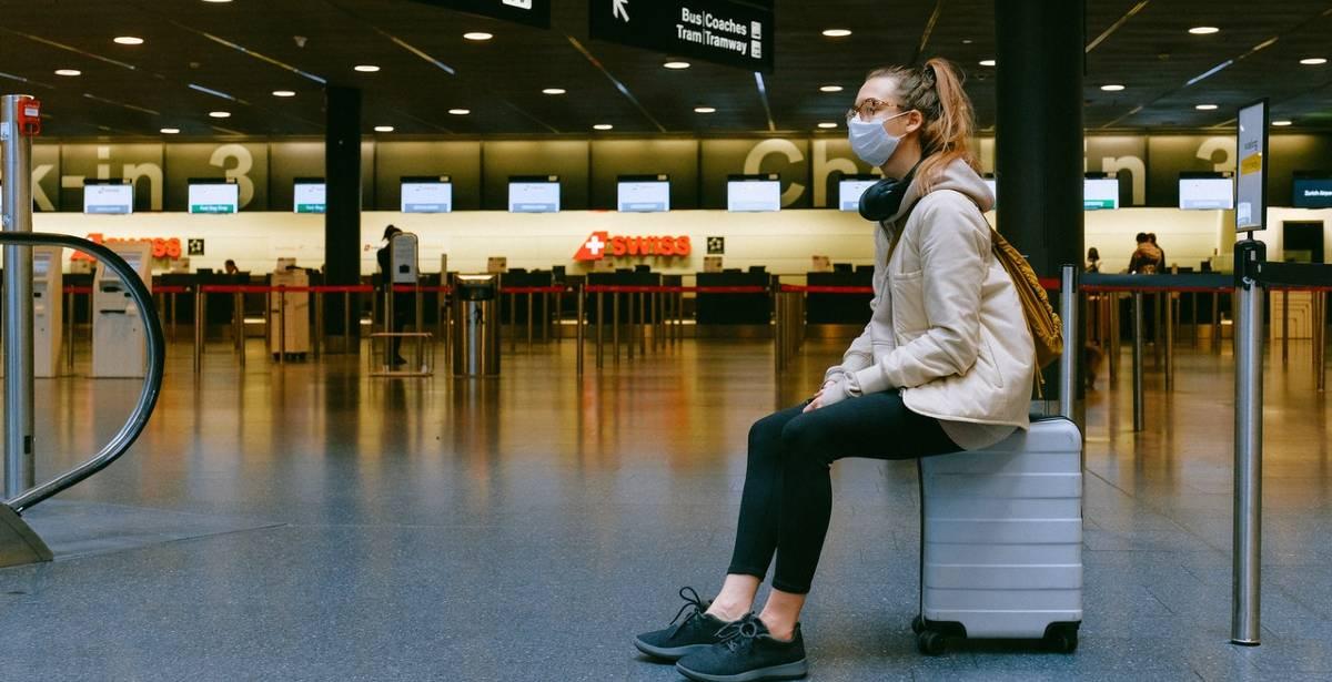 στο αεροδρόμιο με μάσκα