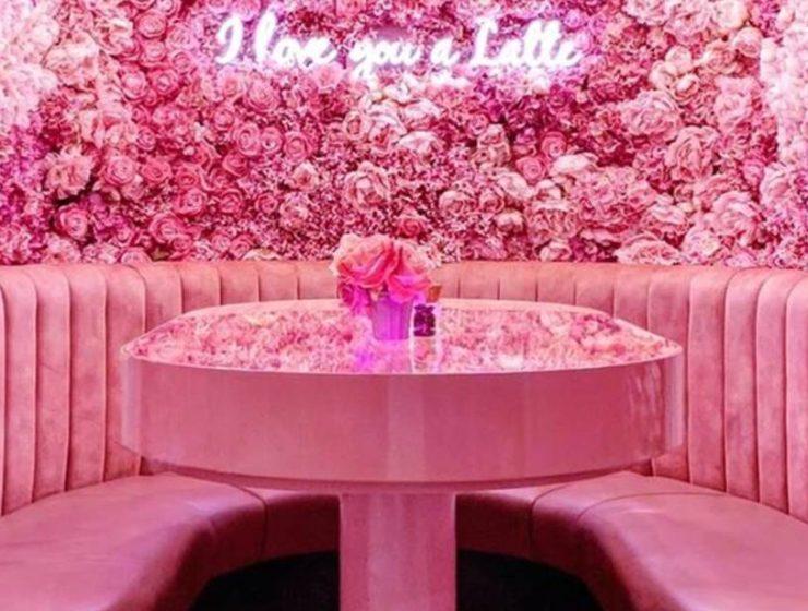 Το... ροζ καφέ στο Λονδίνο που είναι γεμάτο λουλούδια και κάνει πάταγο στο Instagram!