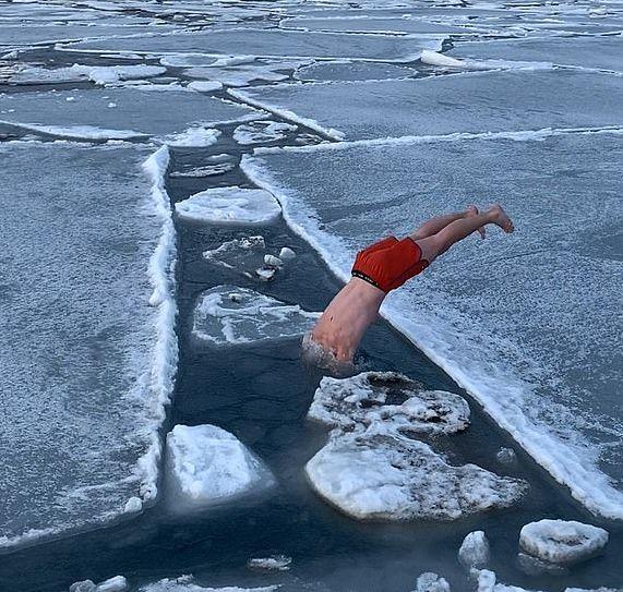 βουτιά στα παγωμένα νερά της Αρκτικής
