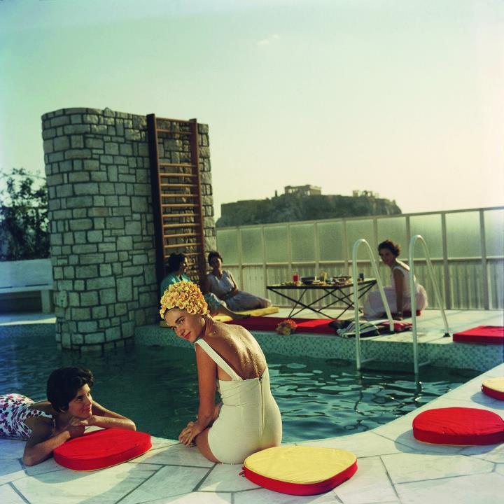 Κοπέλα σε πισίνα
