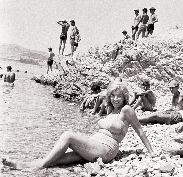 Κορίτσι ποζάρει στην παραλία