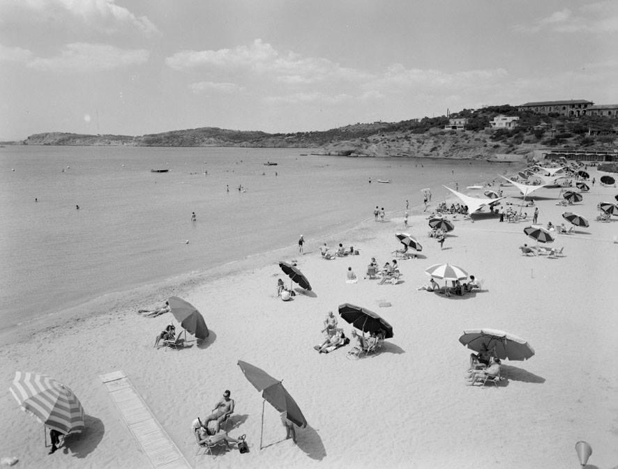Ομπρέλες σε παραλία της Αθήνας