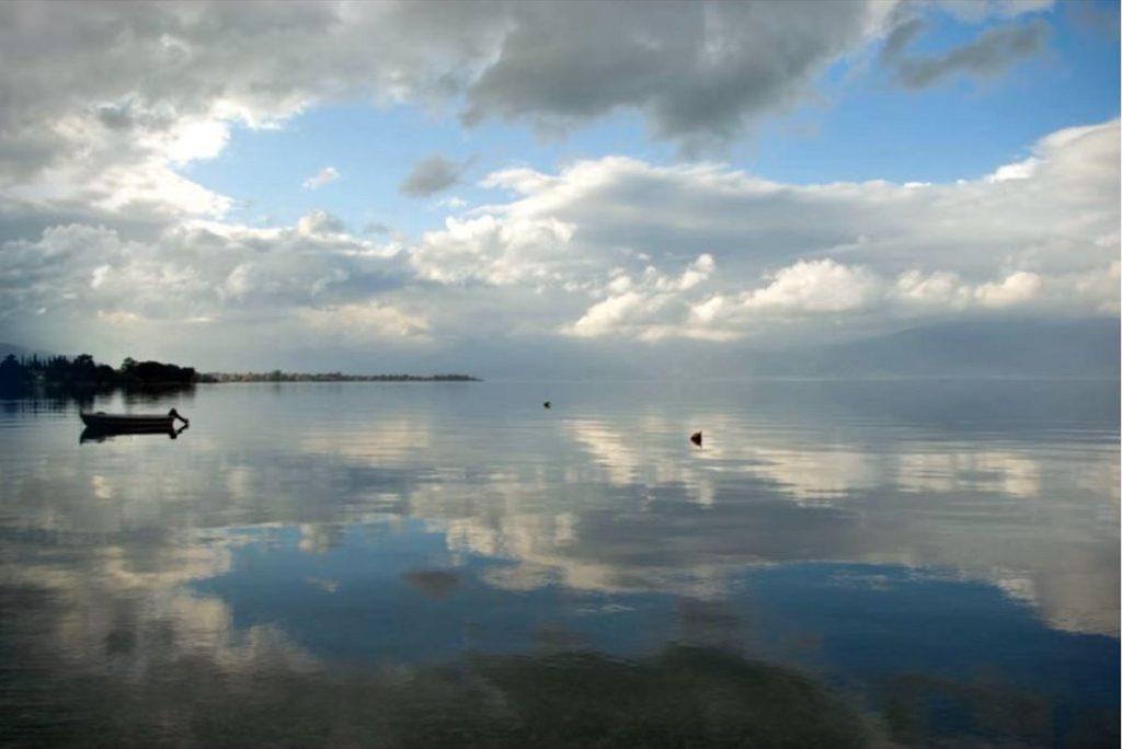 Συννεφιασμένη όψη της παραλίας Άκολη