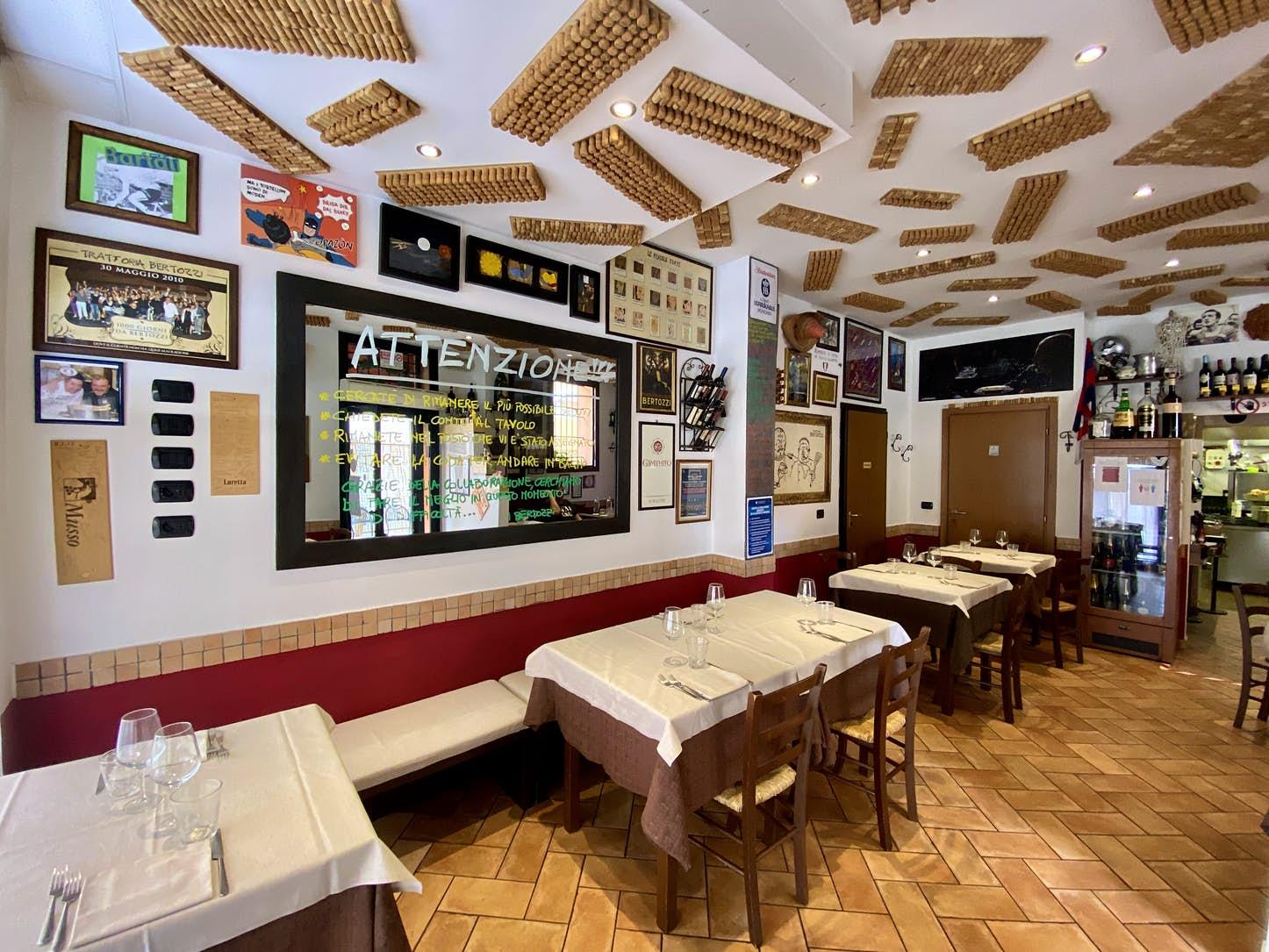 Ο καθρέφτης στην Trattoria Bertozzi γράφει πάνω τους νέους κανονισμούς του εστιατορίου
