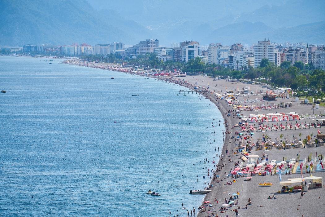 Παραλία με πολύ κόσμο