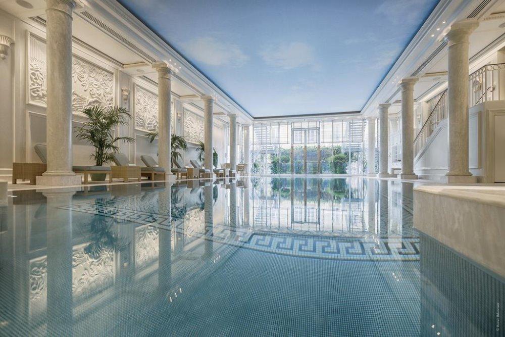Η πισίνα του Shangri La Hotel. Βρίσκεται στο σημείο που κάποτε ήταν οι στάβλοι του Ρολάνδου Βοναπάρτη