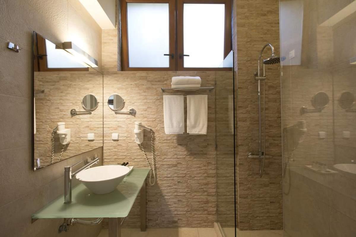 Το minimal αισθητικής μπάνιο της σουίτας του Thalatta Seaside Hotel