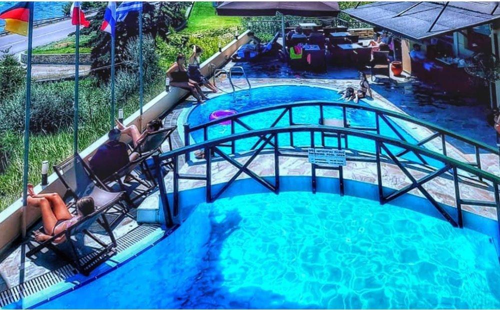 Κόσμος στην πισίνα του Valledi Village Hotel