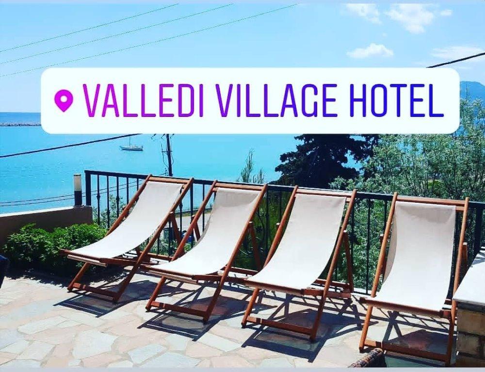 Ξαπλώστρες στον εξωτερικό χώρο του Valledi Village Hotel