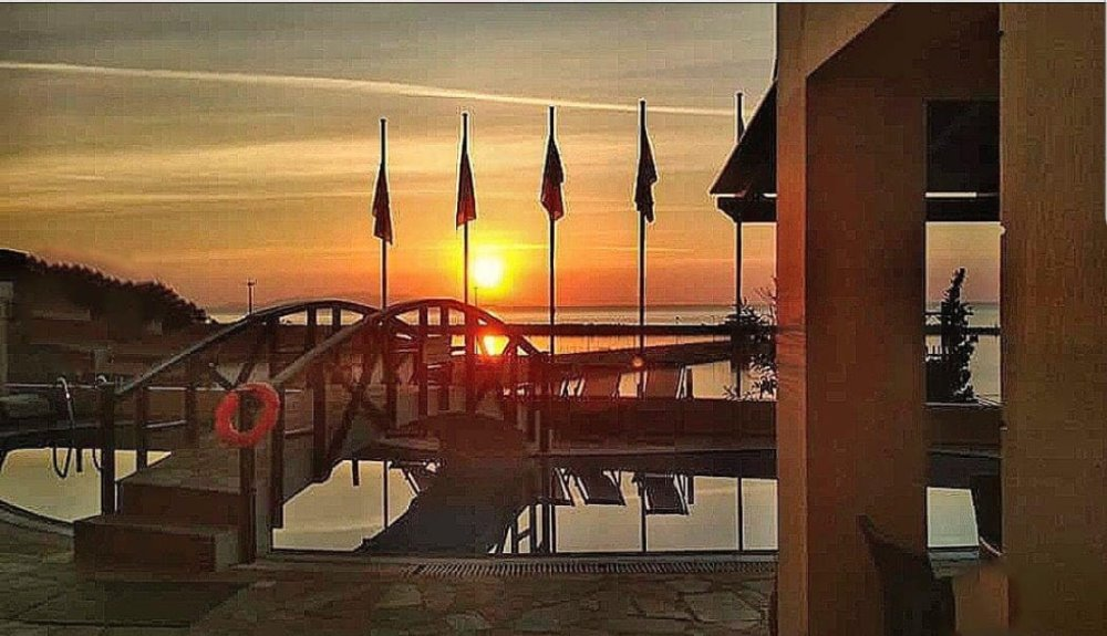Η πισίνα κατά το ηλιοβασίλεμα στο Valledi Village Hotel