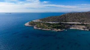 Λουμπάρδα: Η παραλία με τα γαλαζοπράσινα νερά στην Αττική
