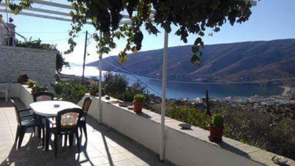 Στο μπαλκόνι στο ξενοδοχείο στο Andros Holiday Home στο Ρογό της Άνδρου