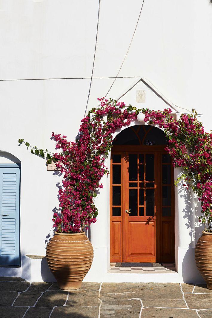 Σπίτι με βουκαμβίλια στον Αρτεμώνα