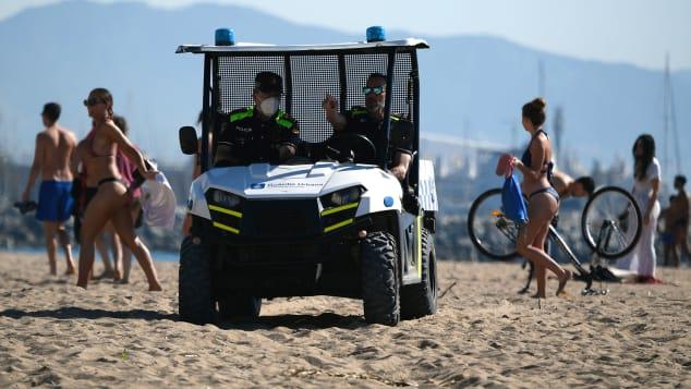 Μηχανήματα καθαρίζουν την παραλία στην Ισπανία