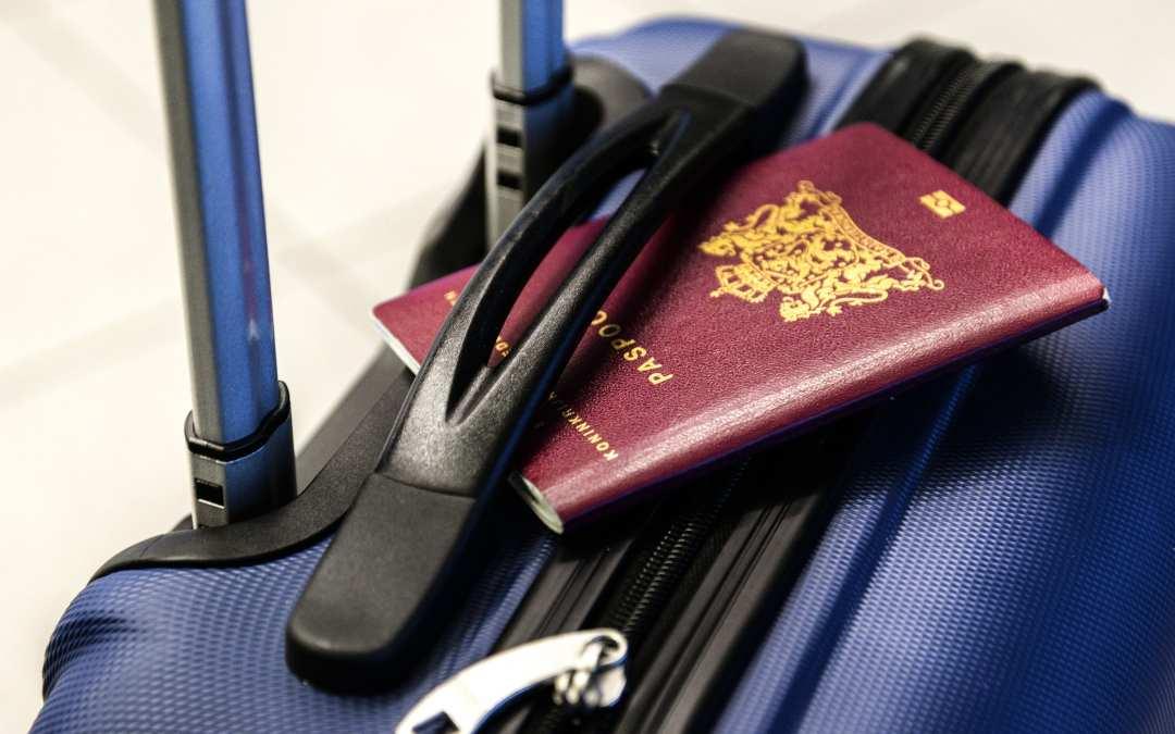 Διαβατήριο και βαλίτσα στο αεροδρόμιο