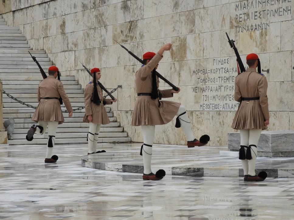 Εύζωνες μπροστά από τη Βουλή στο Σύνταγμα