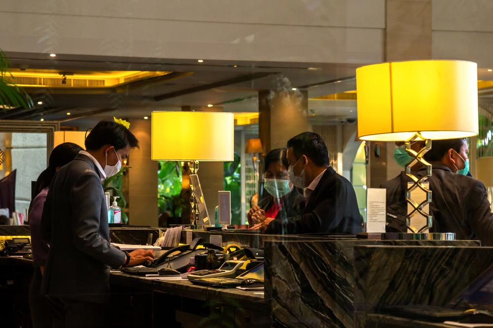 Μέχρι και €5.000 το πρόστιμο στα ξενοδοχεία που δεν εφαρμόζουν τα πρωτόκολλα. Πότε θα τα κλείνει η αστυνομία;