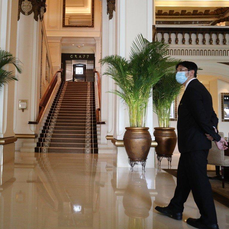 υπάλληλος ξενοδοχείου με μάσκα