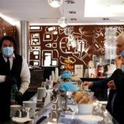 Ιταλία με μάσκες σε καφέ