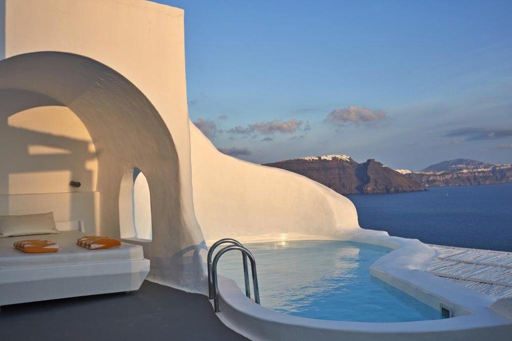 Σε κυκλαδίτικη αρχιτεκτονική είναι χτισμένο το Katikies Santorini