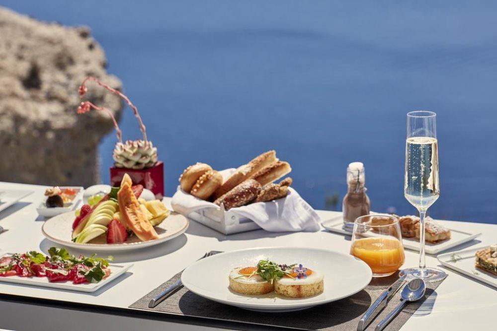 Εξαιρετικό πρωινό στο Katikies Santorini στον εξωτερικό χώρο με θέα το απέραντο μπλε της θάλασσας