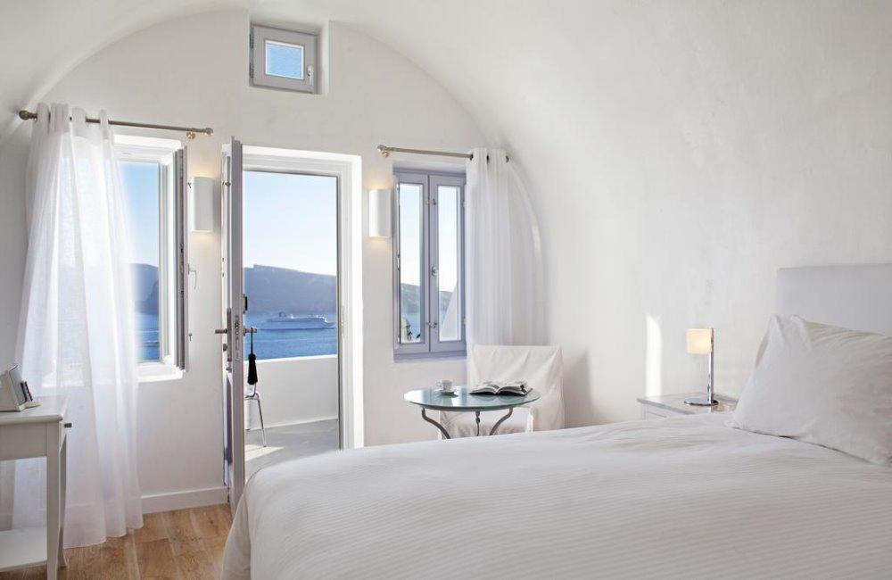 Ηλιόλουστη κρεβατοκάμαρα στο Katikies Santorini