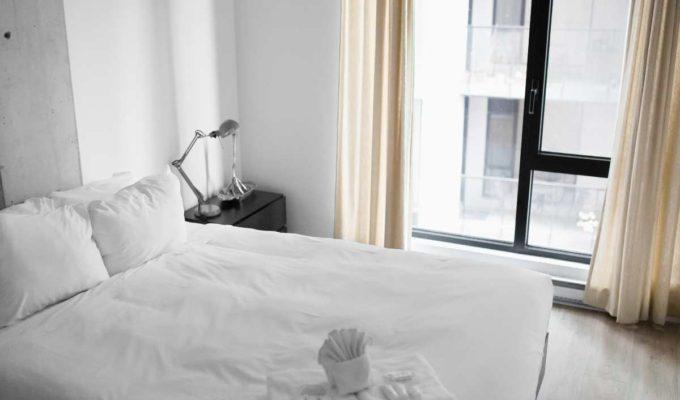 Λευκό δωμάτιο πετσέτες