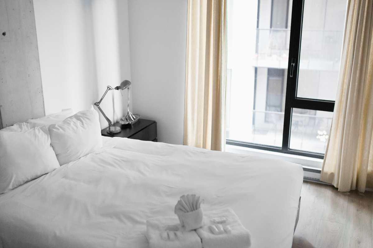 Καθαριότητα δωματίων: Ο Τάσος Δούσης σας αποκαλύπτει τα μυστικά που ξέρουν μόνο οι καμαριέρες. Επίκαιρο όσο πότε