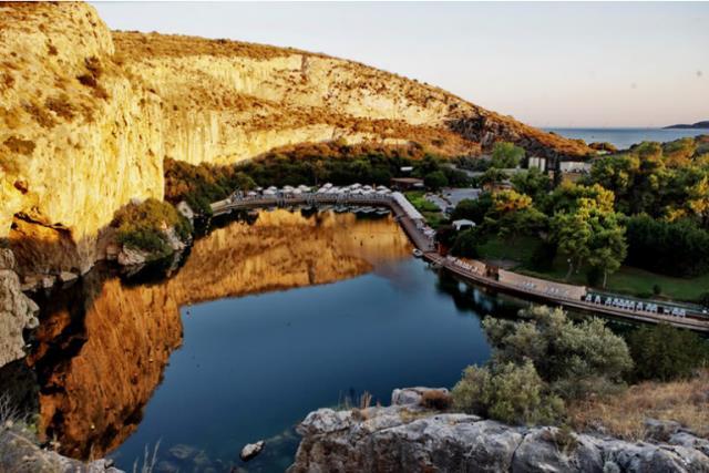 Η Λίμνη της Βουλιαγμένης είναι, μόλις λίγα λεπτά από την Αθήνα, είναι ένα πραγματικό θαύμα της φύσης