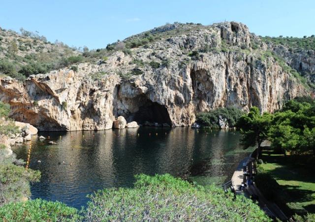 Το σπήλαιο της Βουλιαγμένης προκαλεί το θαυμασμό όσων το επισκέπτονται