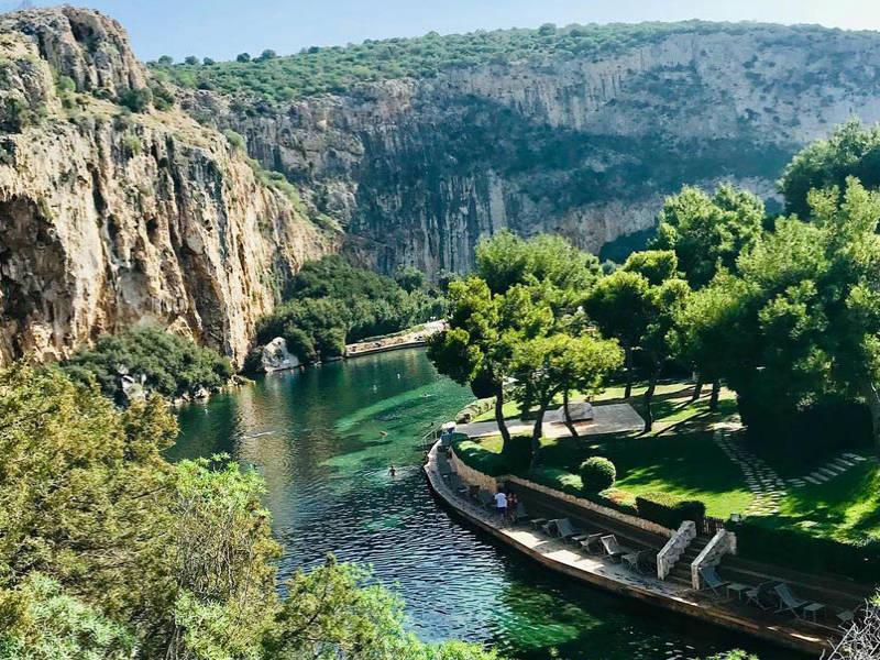 Η Λίμνη Βουλιαγμένης είναι ένα από τα πιο εντυπωσιακά φυσικά αξιοθέατα της Αθήνας