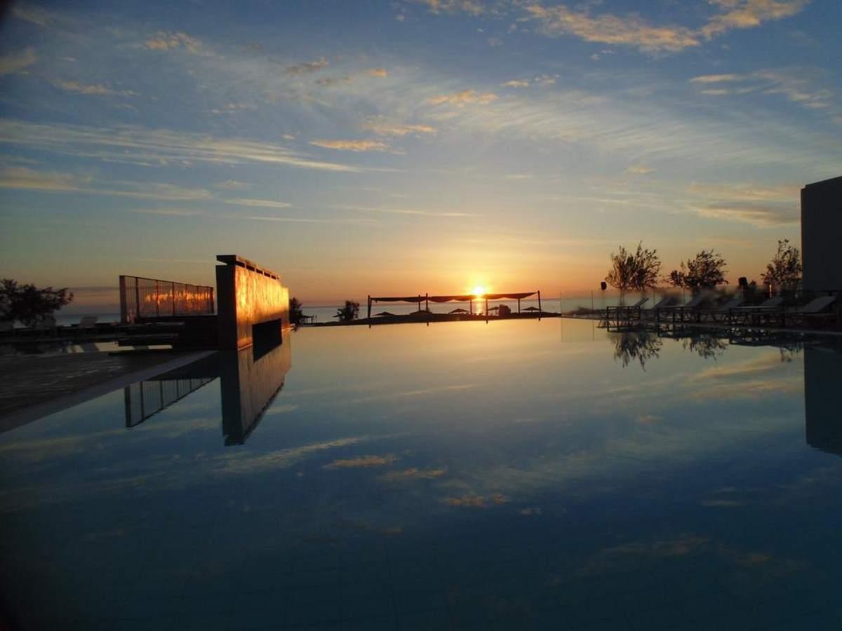 Υπέροχη είναι η θέα στο απέραντο μπλε της θάλασσας από το Thalatta Seaside Hotel