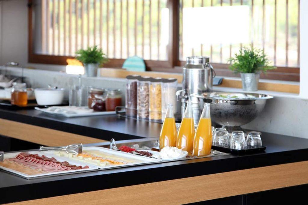 Το εξαιρετικό πρωινό του Thalatta Seaside Hotel σερβίρεται σε μπουφέ