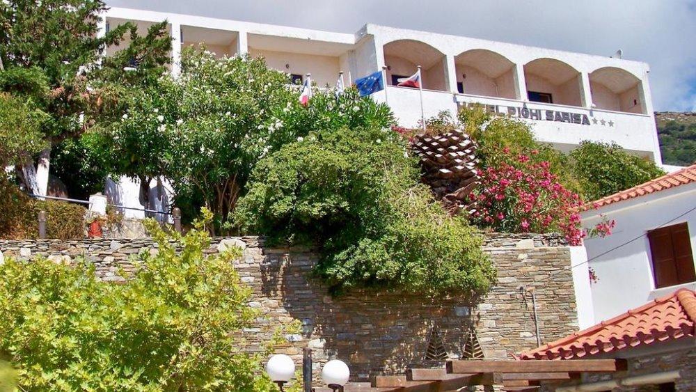 Η εξωτερική όψη του Sariza Spring Hotel στην Άνδρο