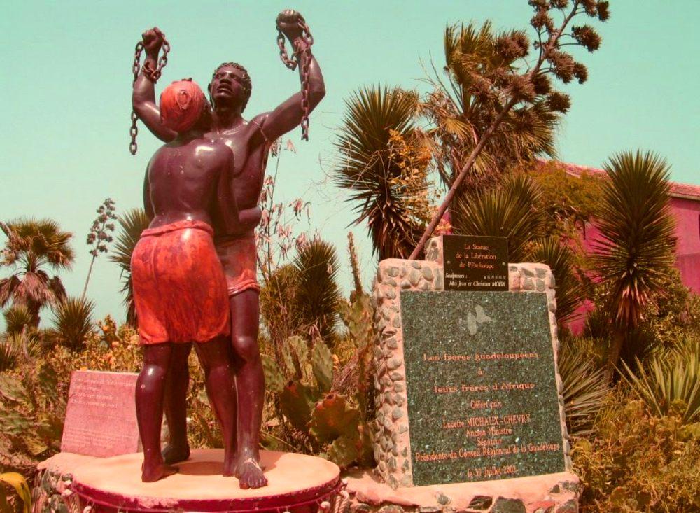 Άγαλμα με σκλάβους στο Νησί των Σκλάβων στη Σενεγάλη