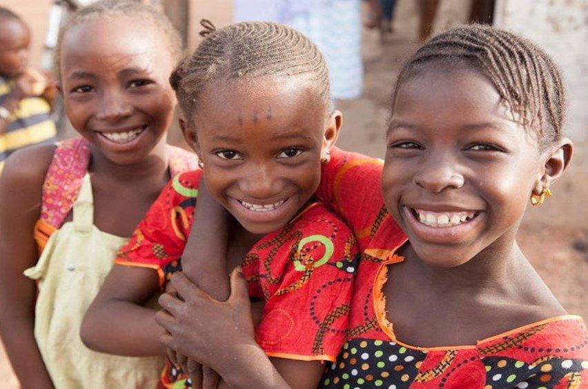 Αγκαλιασμένα παιδιά στη Σενεγάλη