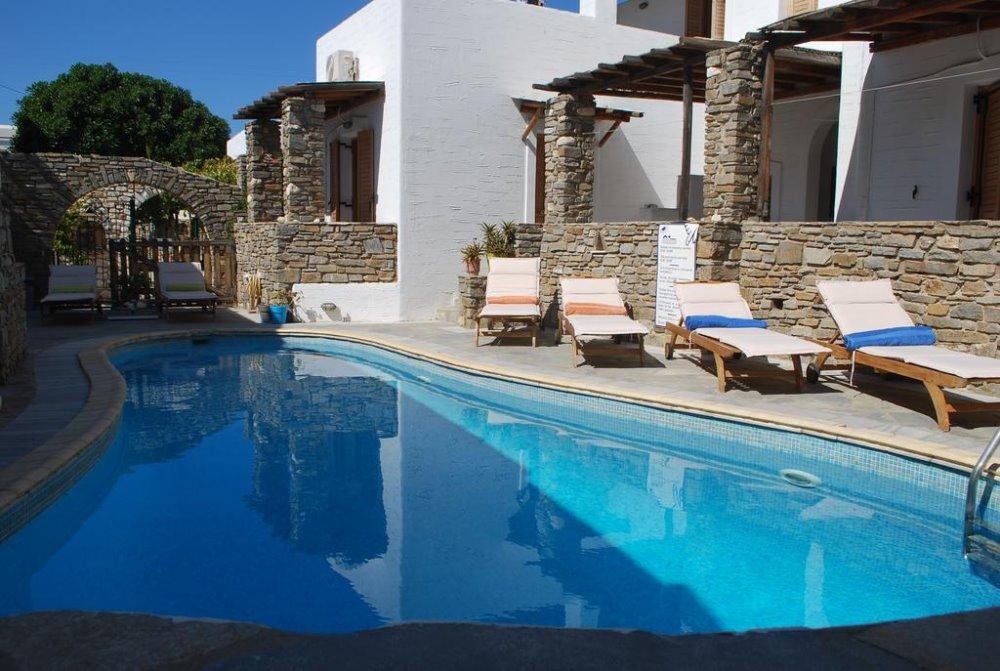 Η πισίνα στο Siroco's Rooms And Studios στην Πάρο