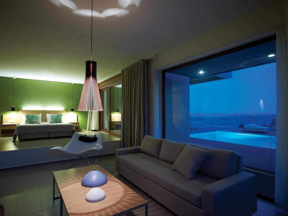 Στη σουίτα του Thalatta Seaside Hotel απ όπου φαίνεται και η εξωτερική ιδιωτική πισίνα