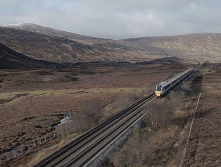 το τρένο Azuma διασχίζει τα Χάιλαντ