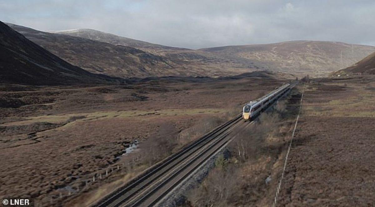 Τρένο περνάει με μεγάλη ταχύτητα από τα Χάιλαντς της Σκωτίας (video)