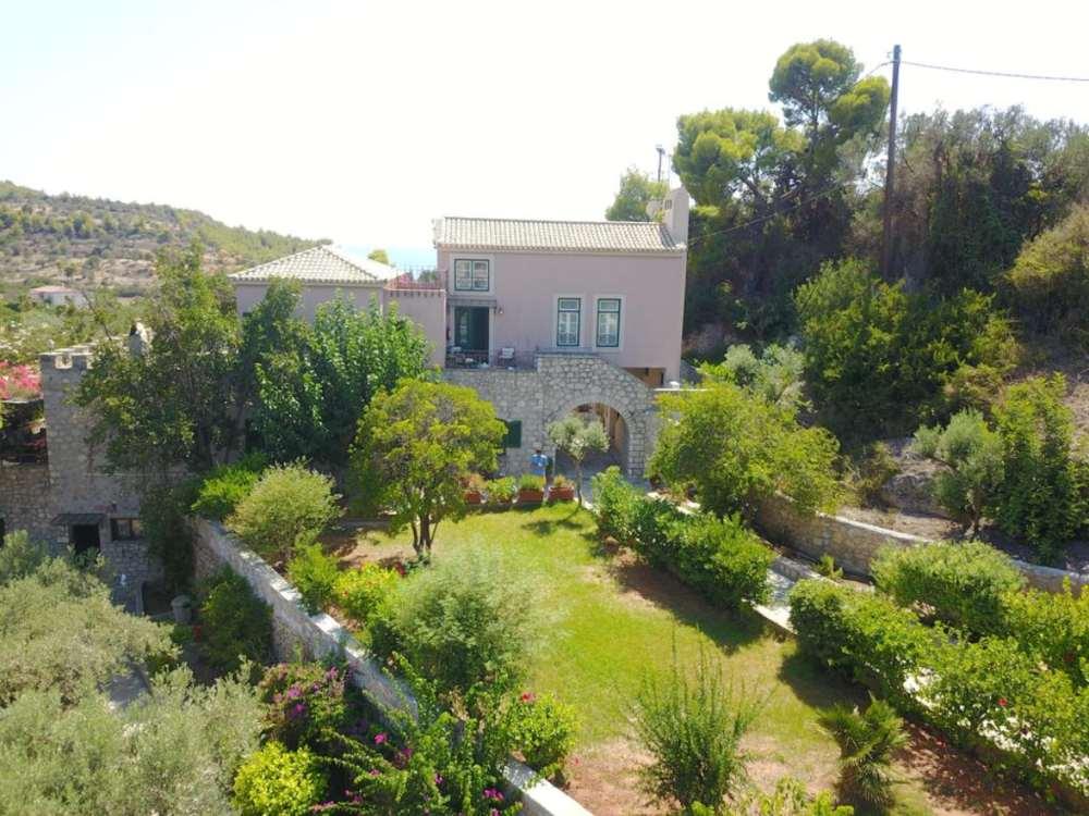 Πνιγμένο στο πράσινο είναι το Villaconte Luxury Apartments