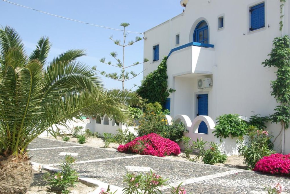 Ο εξωτερικός χώρος του Youth Hostel Anna βρίσκεται στην Περίσσα της Σαντορίνης
