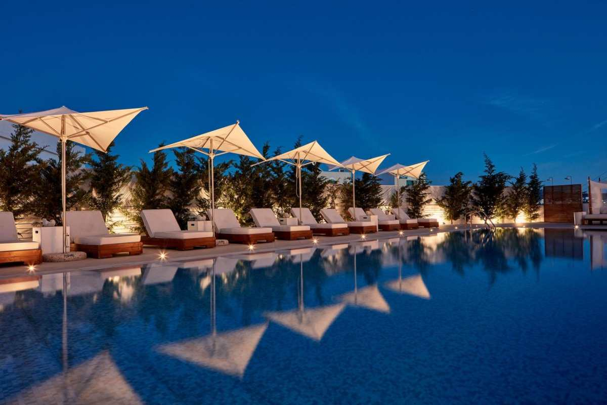 18 Grapes Hotel, πισίνα το βράδυ