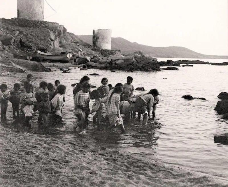 Παιδιά στη θάλασσα Μύκονος