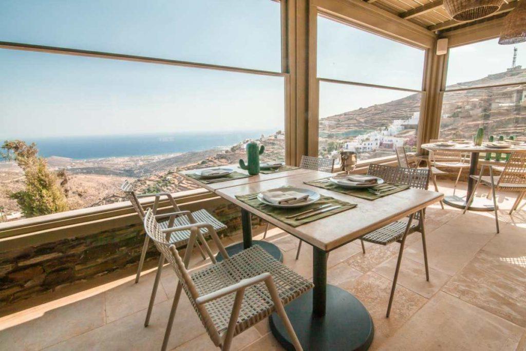 Aeolis Tinos Suites φαγητό με θέα